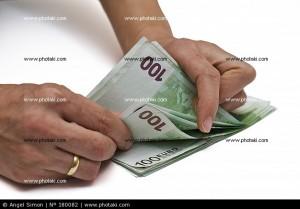 una-persona-contando-billetes_180082