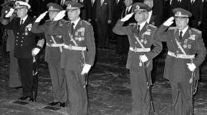 los-lideres-del-golpe-1980-octubre-del-mismo-ano-centro-general-evren-izquierda-tahsin-sahinkaya-1403103371145